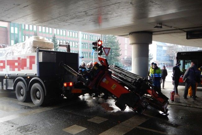 Ein Lkw-Fahrer hatte die Höhe der Brücke falsch eingeschätzt