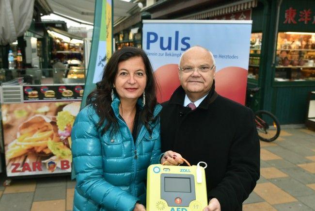 Stadträtin Ulli Sima und Landtagspräsident Harry Kopietz brachten die Defibrillatoren an den Wiener Märkten an.