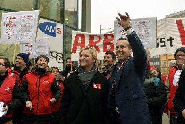SPÖ-Chef Kern demonstrierte vor einem Wiener AMS.