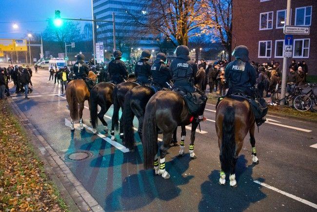 Berittene Polizei ist etwa in Hannover im Einsatz