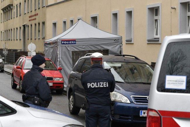 In Wien-Leopoldstadt wurden ein lebensgefährlich verletztes Kind und seine toten Eltern gefunden.