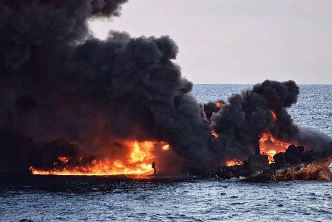 Experten warnen vor einer drohenden Umweltkatastrophe durch den gesunkenen Öltanker.