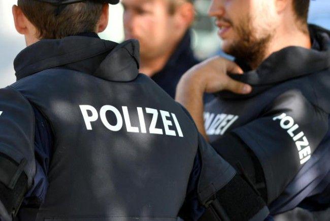 Mehrere Polizisten entdeckten Suchtgift-Kugeln im Mund des Mannes.