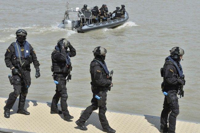 Einsatztaucher der Cobra fanden den vermissten Studenten im Donaukanal