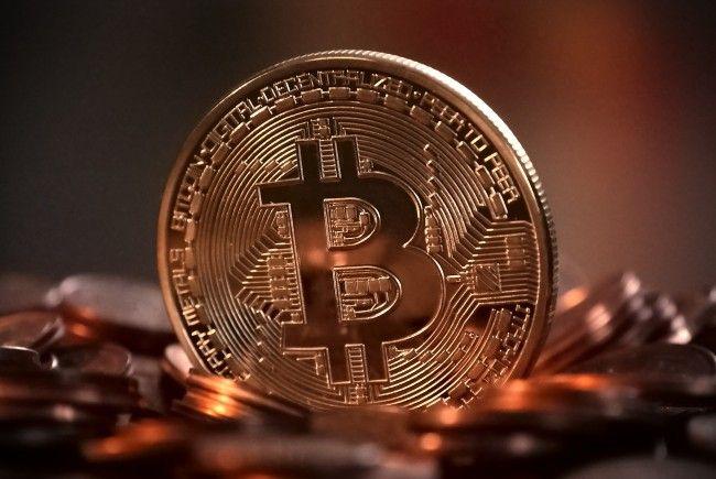Bitcoin wurde für viele Menschen zum Inbegriff des schnellen Geldes. Eine Mehrwertsteuer soll gegen die Online-Währung unter Kontrolle bringen.