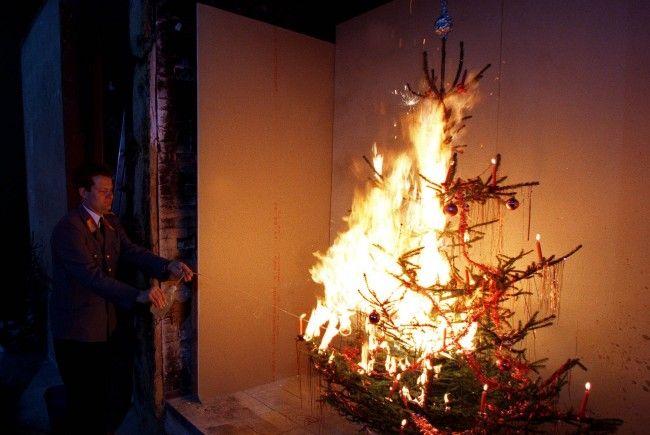 Wie die Feuerwehr demonstriert kann ein Christbaum in Sekunden lichterloh brennen