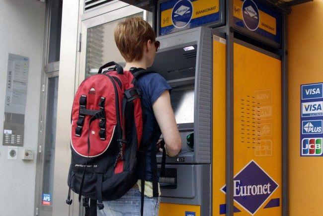 Bei Euronet Bankomaten musste man bisher eine Gebühr von 2 Euro pro Abhebung bezahlen.