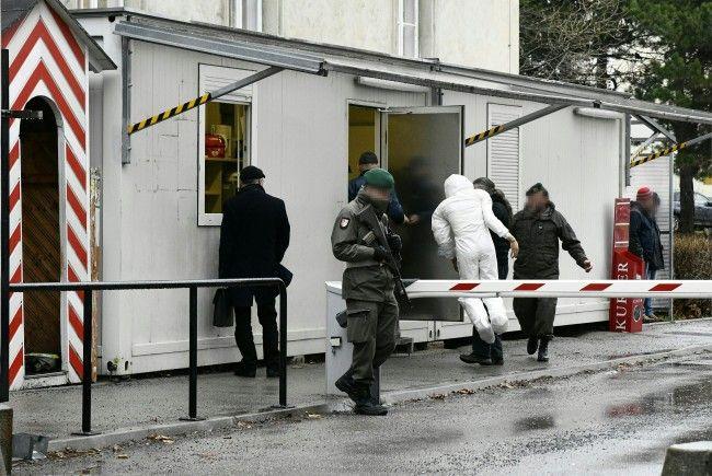 Beamte bei der Tatortrekonstruktion im Fall des Rekruten, der in einer Kaserne in Wien-Leopoldstadt getötet wurde.