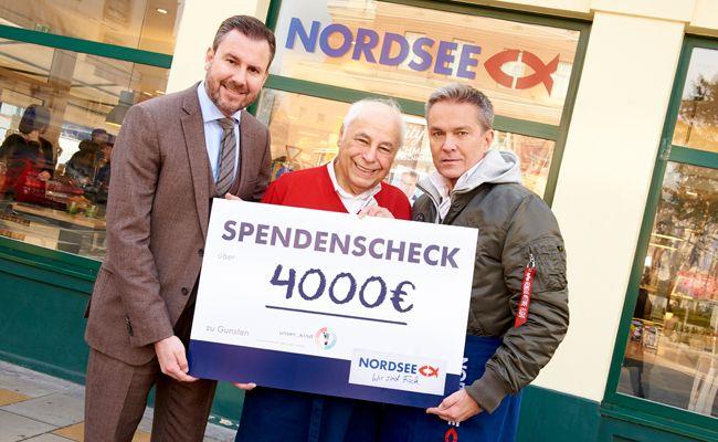 Alexander Pietsch, Prof. Arnold Pollak und Alfons Haider verteilten Heringssalate für den guten Zweck.