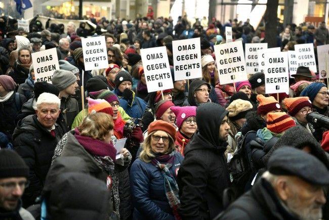 Die Omas gegen Rechts marschierten bei der Demo direkt vor dem schwarzen Block.