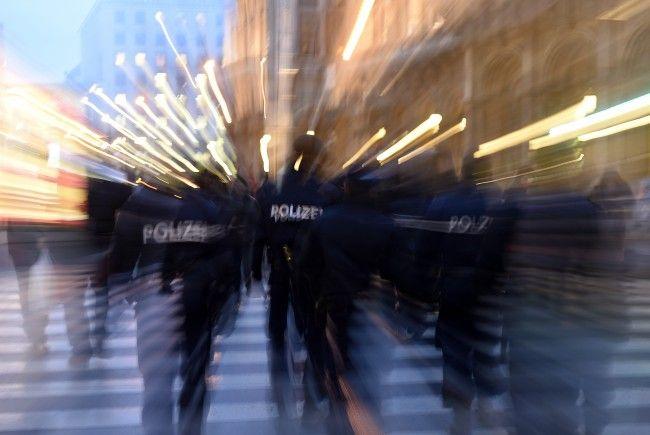 Die Polizisten wurden mit Glasflaschen beworfen.