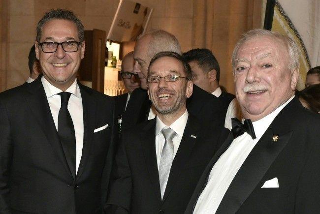 Beim Polizeiball 2018 auch anwesend: Vizekanzler Strache, (l.), Innenminister Kickl (m.) und Wiens Bürgermeister Häupl (r.)