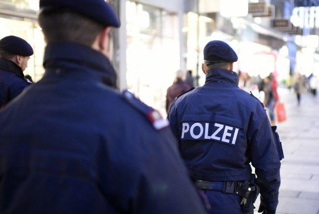 Die Polizisten entdeckten den reglosen Mann während einer Streife.