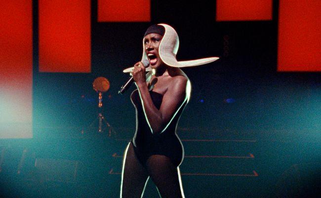 Grace Jones als Stilikone der außerirdischen Art.