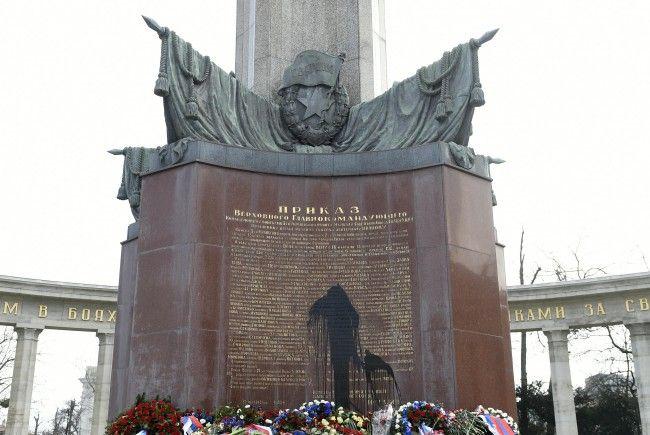 Wie bereits im Februar 2015 (Foto) wurde das Russendenkmal am Schwarzenbergplatz erneut mit schwarzer Farbe beschmiert.