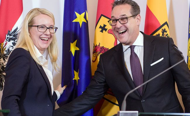 Heiterkeit herrschte nach dem Vorfall bei Heinz Christian Strache und Margarete Schramböck