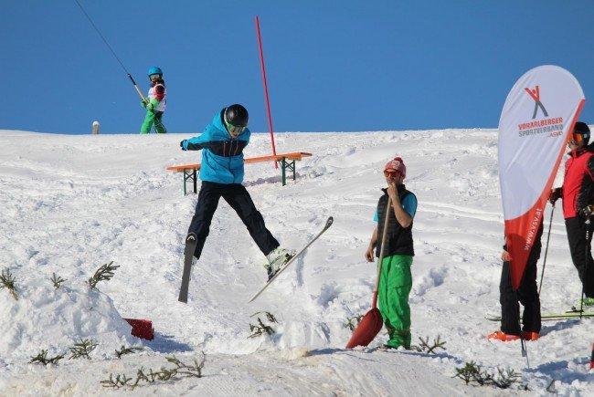 Erste Gehversuche im alpinen Skisport in Egg
