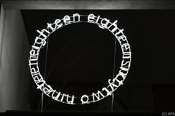 Neonkreis bildet einen Teil der Installation