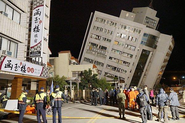 Haus in der Stadt Hualien neigt sich nach Erdbeben gefährlich