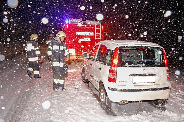 Dichtes Schneetreiben: Hängen gebliebenes Fahrzeug in der Steiermark