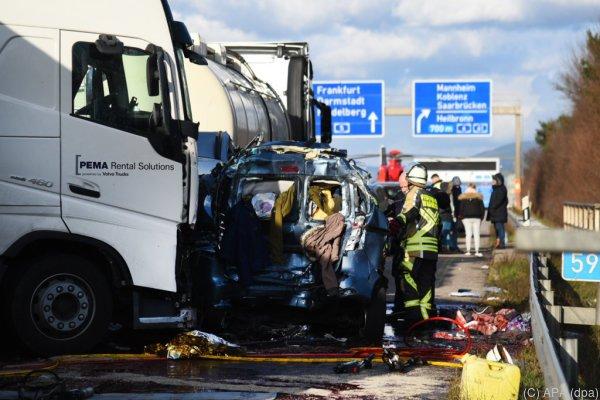 Ein Lastwagen schob zwei Autos unter einen anderen Lastwagen