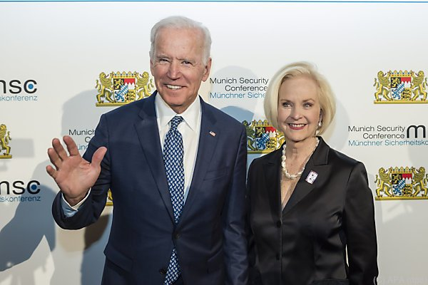 McCains Frau Cindy kam mit Ex-Vizepräsident Joe Biden