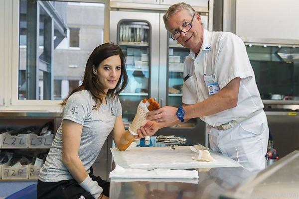 Julia Dujmovits mit Gips im Krankenhaus in Graz