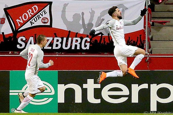 Dabbur und Lainer jubeln nach Treffer zum 1:0 für Salzburg