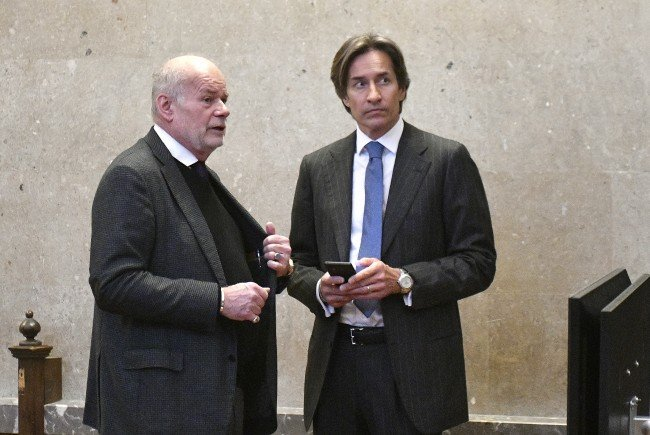 Karl-Heinz Grasser dementiert die Anklagepunkte im Korruptionsprozess.