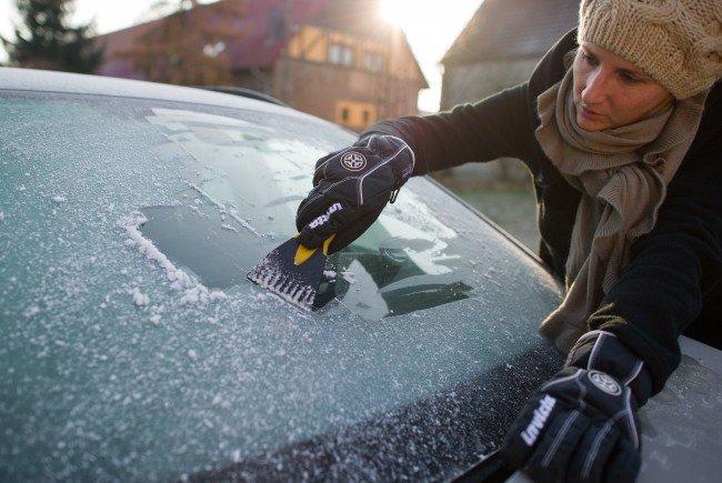 Zugefrorene Scheiben sollte man niemals mit heißem Wasser enteisen.