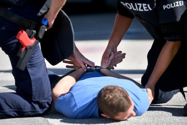 Nach dem Einsatz von Pfefferspray wurde der Angreifer am Boden fixiert und festgenommen.