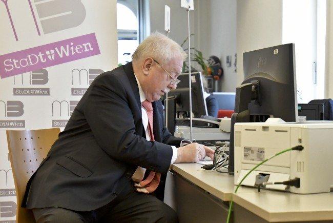 Wiens Bürgermeister Michael Häupl beim Unterschreiben der Volksbegehren.
