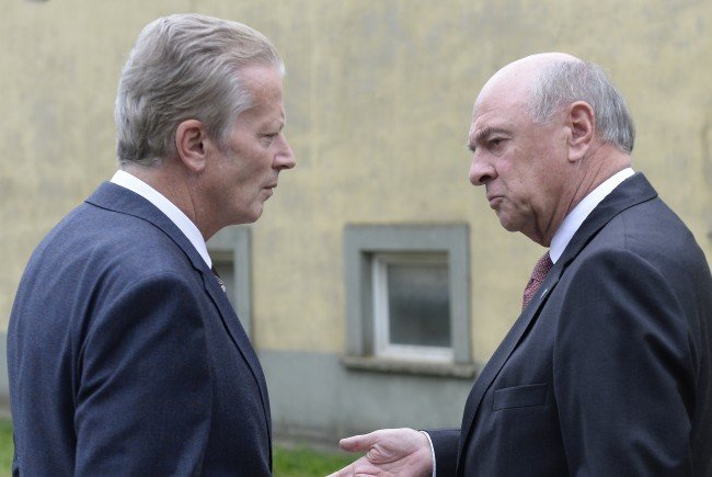 """Reinhold Mitterlehner und Erwin Pröll unterzeichneten das """"Don't Smoke""""-Volksbegehren."""
