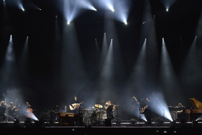 Rund 5.000 Fans ließen sich in der Stadthalle von Songs im neuen Soundkleid begeistern.