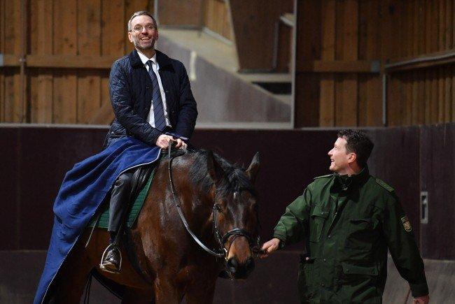 Der Minister scheute auch nicht davor zurück, selbst auf einem Pferd Platz zu nehmen.