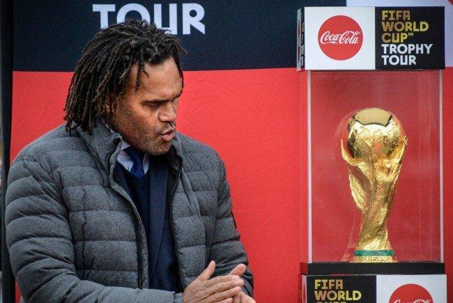 Der französische Ex-Weltmeister Christian Karembeu begleitet den Fußball-WM-Pokal nach Wien.