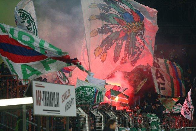 Diesmal machten die Fans des SK Rapid Wien mit einem homophoben Spruchband auf sich Aufmerksam.