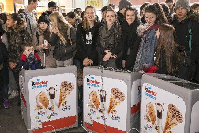 """Mit Spannung wird die """"Kinder""""-Eistruhen-Öffnung erwartet."""