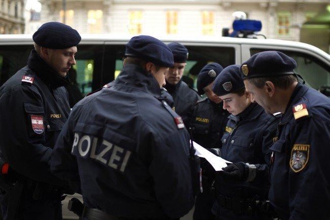 Laut Zeugenangaben sollen zwei Bewaffnete eine Meidling einen Überfall begangen haben
