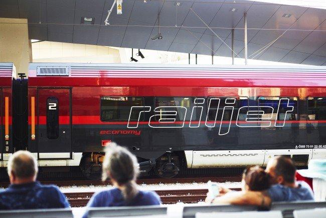 Alle 60 Railjet-Züge der ÖBB wurden mit Defibrillatoren ausgestattet.