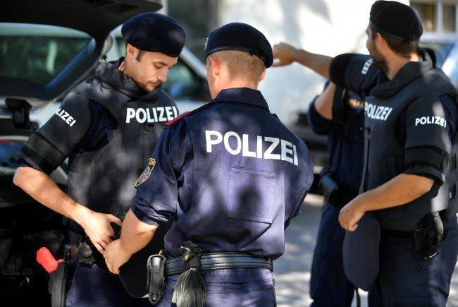 Die Polizei stellte außerdem Waffen sicher.