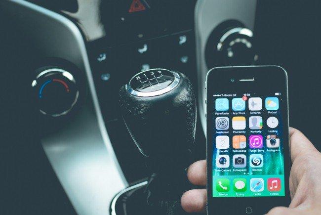 telefonieren beim autofahren jeder vierte hat handy am. Black Bedroom Furniture Sets. Home Design Ideas