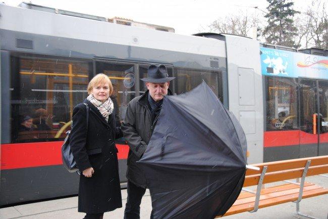Auf der Kennedybrücke wird ein Wetterschutz für Fahrgäste der Wiener Linien gefordert.
