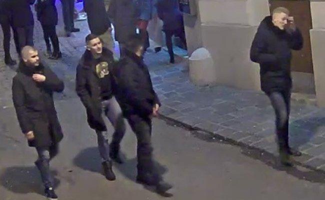 Die Polizei sucht nach mehreren Männern.