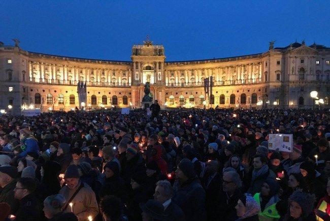 Etwa 5.000 bis 6.000 Menschen nahmen heute auf dem Heldenplatz Abschied von Ute Bock.