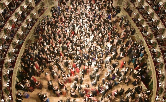Das Opernball-Spektakel wurde von zahlreichen Menschen verfolgt.