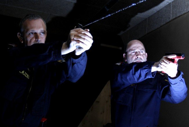 Wiener Polizisten demonstrieren den Einsatz von Pfefferspray.