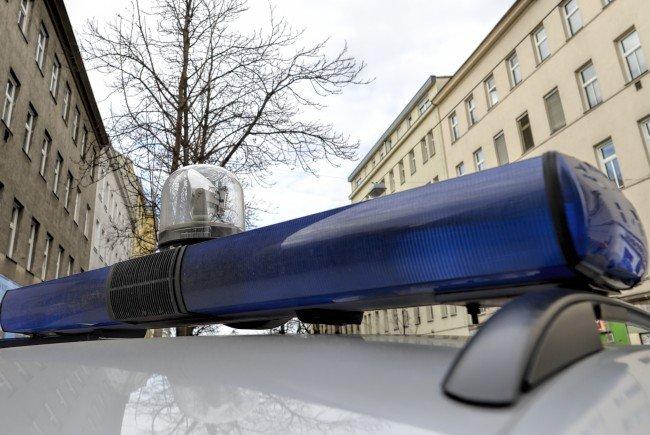 Der Moped-Lenker leitete Widerstand und fuhr über den Fuß eines Polizisten.
