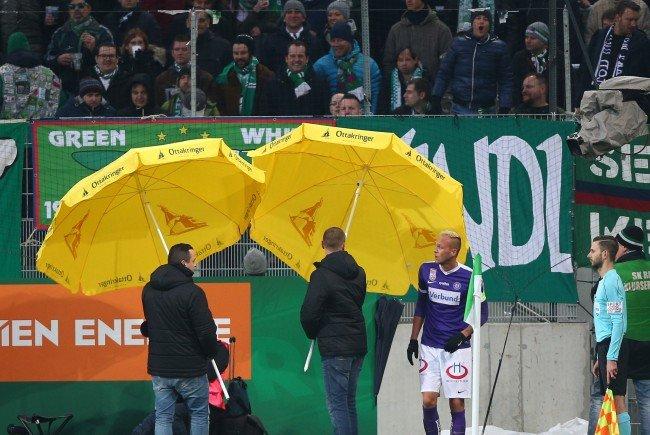 Mit Sonnenschirmen versuchte man beim Derby die Austria-Spieler zu schützen.