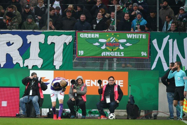 Beim Spiel Rapid gegen Austria Wien warfen Rapid-Fans Gegenstände aufs Feld.